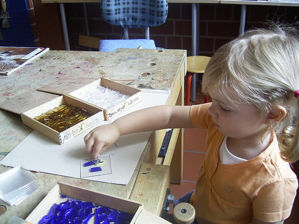 Sogar die unter 3-jährigen können bei der Gestaltung einer Schale mitwirken !
