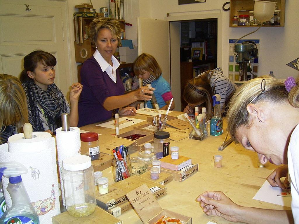 Kinder und Enkelkinder bei der Gestaltung des Geschenks für die Golde Hochzeit.
