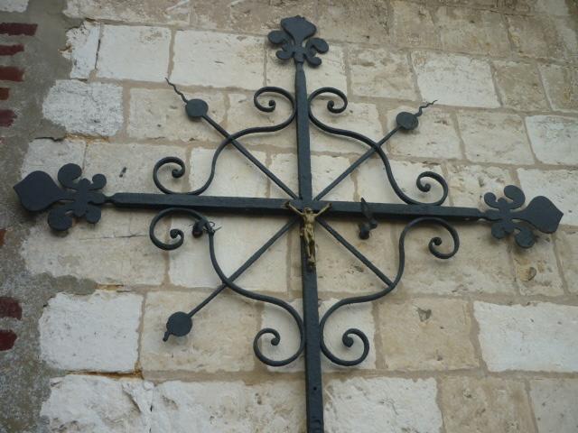 Croix du 18e siècle au cimetière d'Heuzecourt.