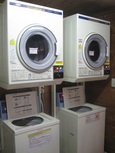コイン式の洗濯機と乾燥機を備えた洗濯室            1回の使用につき100円です。