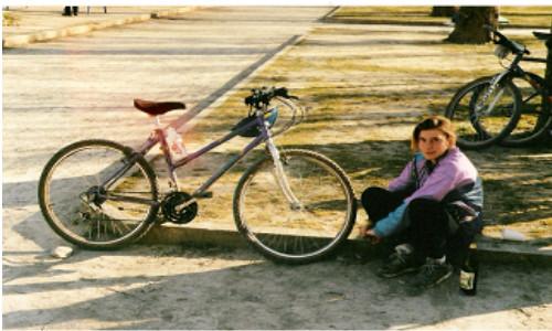 Christel intègre le club à 14 ans accompagnée par Jack, son papa. Rapidemment, elle maîtrise la technique du VTT sur les terribles pentes de la Suque.