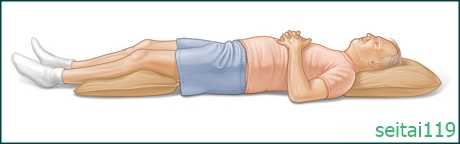 腰が痛い時は膝下にロールを入れ仰向け姿勢
