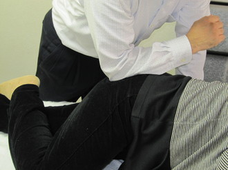 臀部の筋肉緊張を押圧治療-1