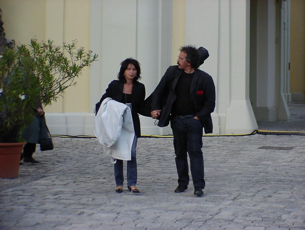 Gianmaria Testa mit Frau verlässt das Schlosstheater