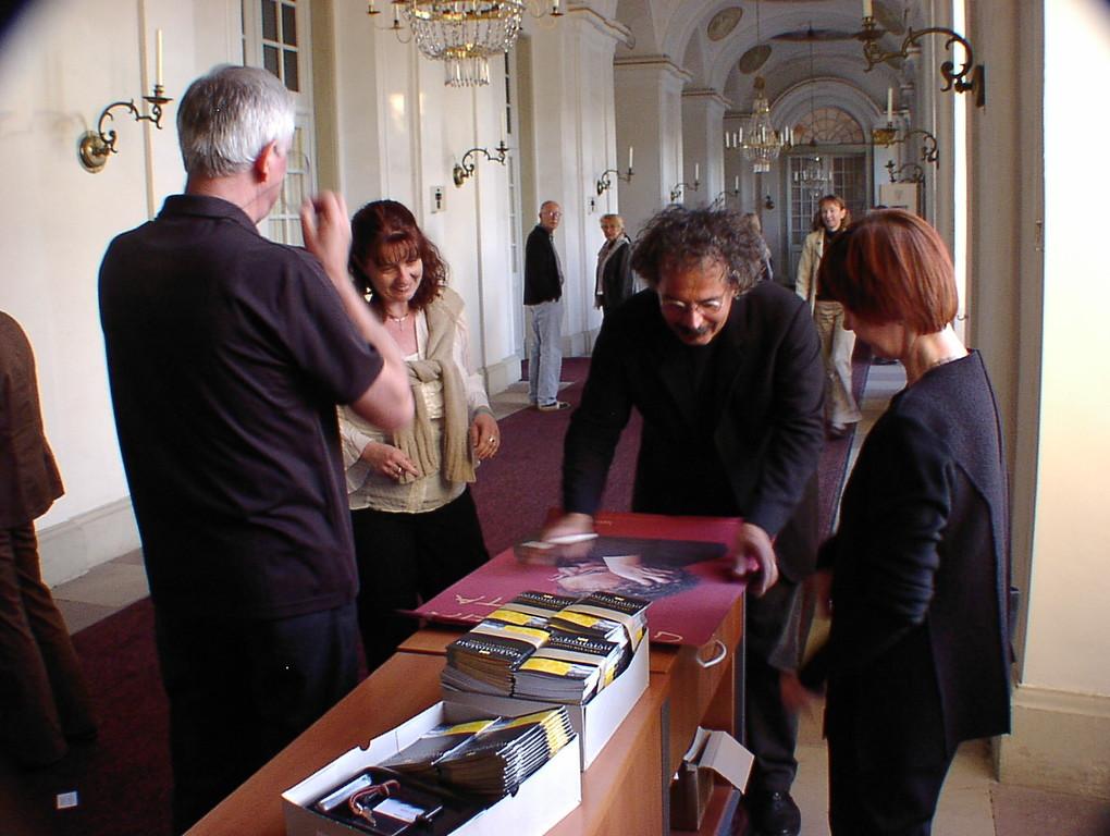 nach dem Konzert gezielter Besuch am p.p.studio Verkaufstisch zum signieren