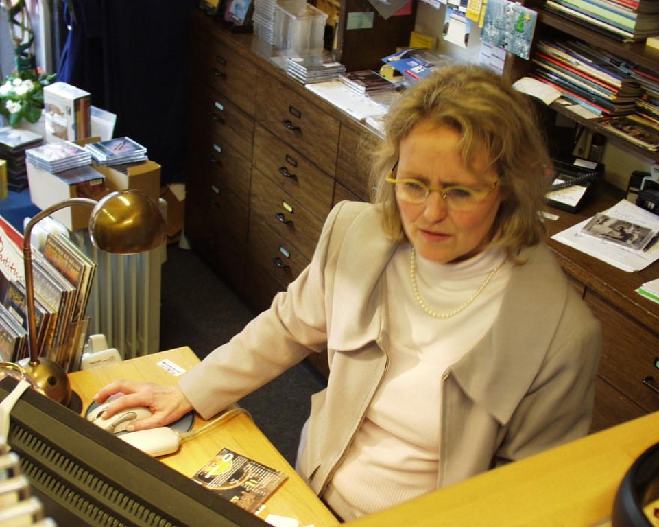 Frau Albrecht am PC