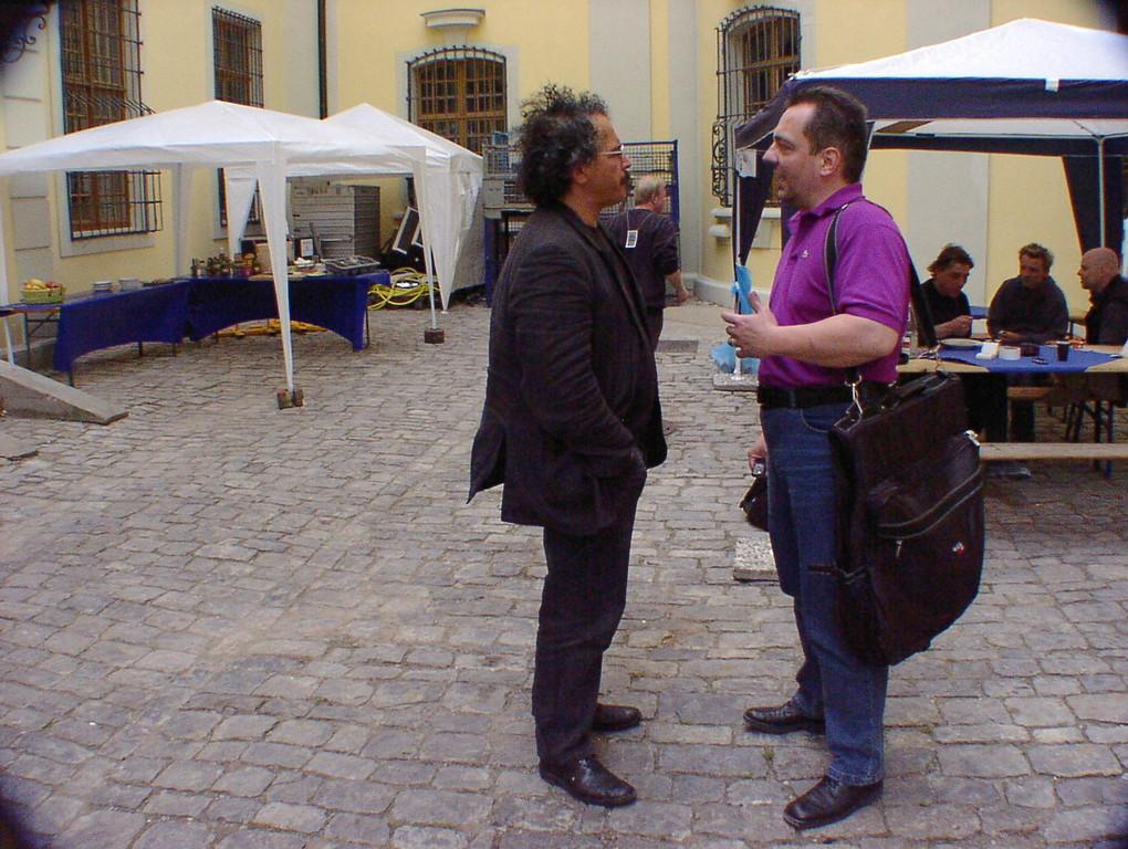 Gianmaria in Absprache mit dem Dolmetscher