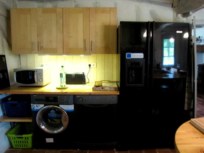 Frigo américain, lave-linge et lave-vaisselle dans l'écogîte de Lartigue