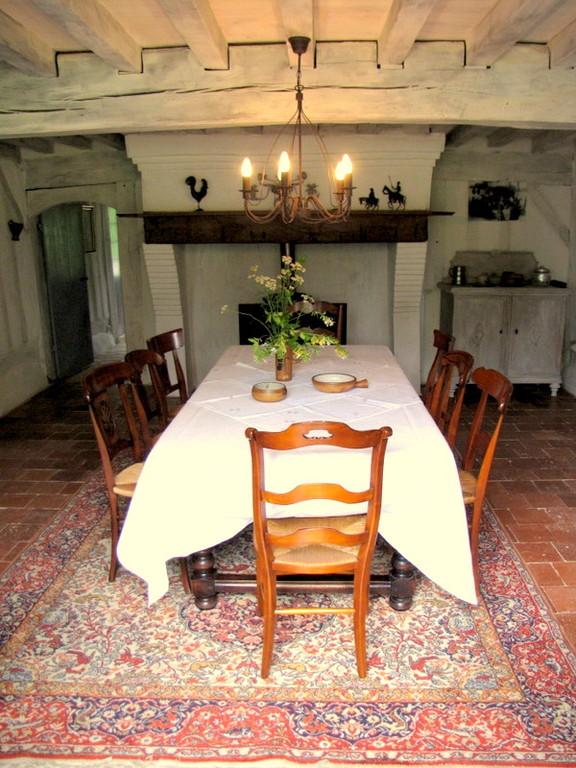 """La """"salle commune"""" avec sa grande cheminée de l'écogîte"""