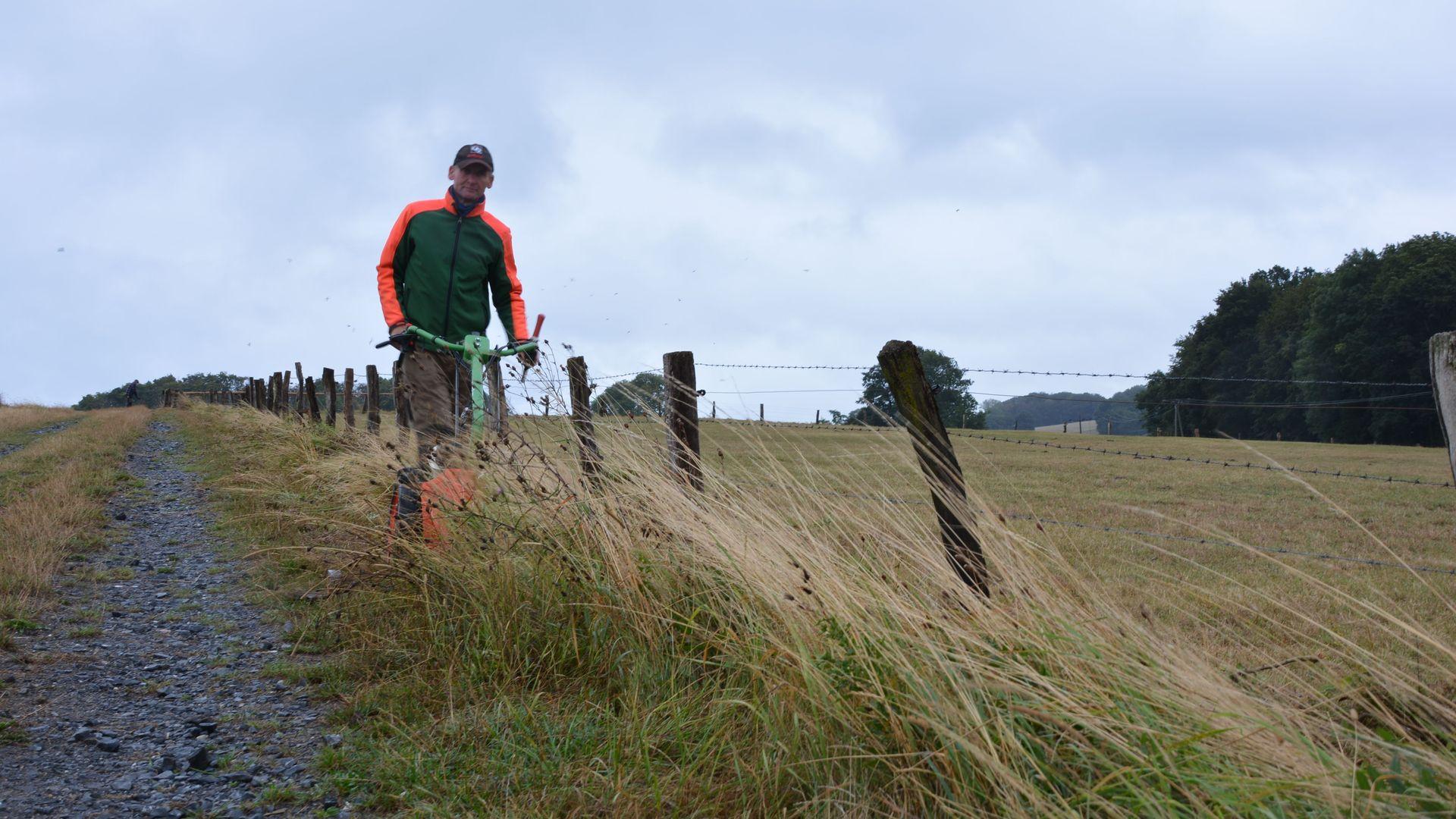 Alexander Breitkopf mäht die Gräser und Pflanzen am Weidensaum mit dem Balkenmäher. Foto: wfc