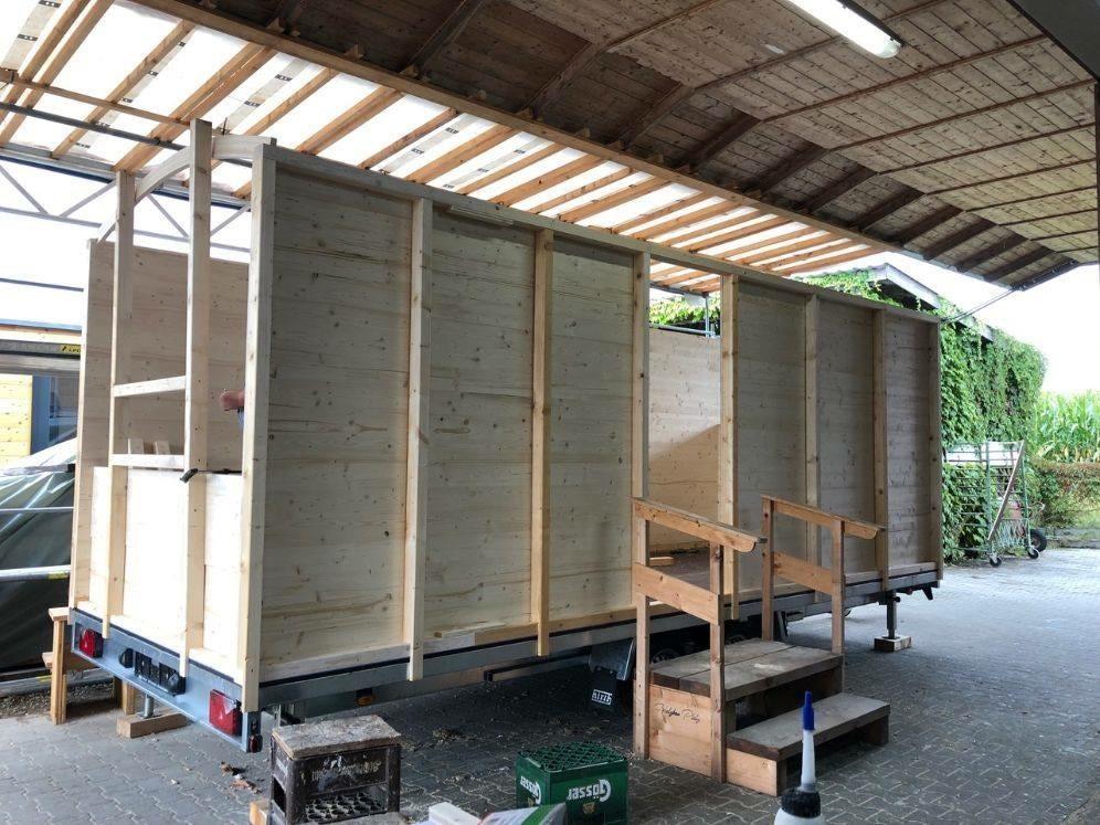 Die Arbeit am Mobilen Schäferwagen geht voran. Foto: Ferienhof Jeiler