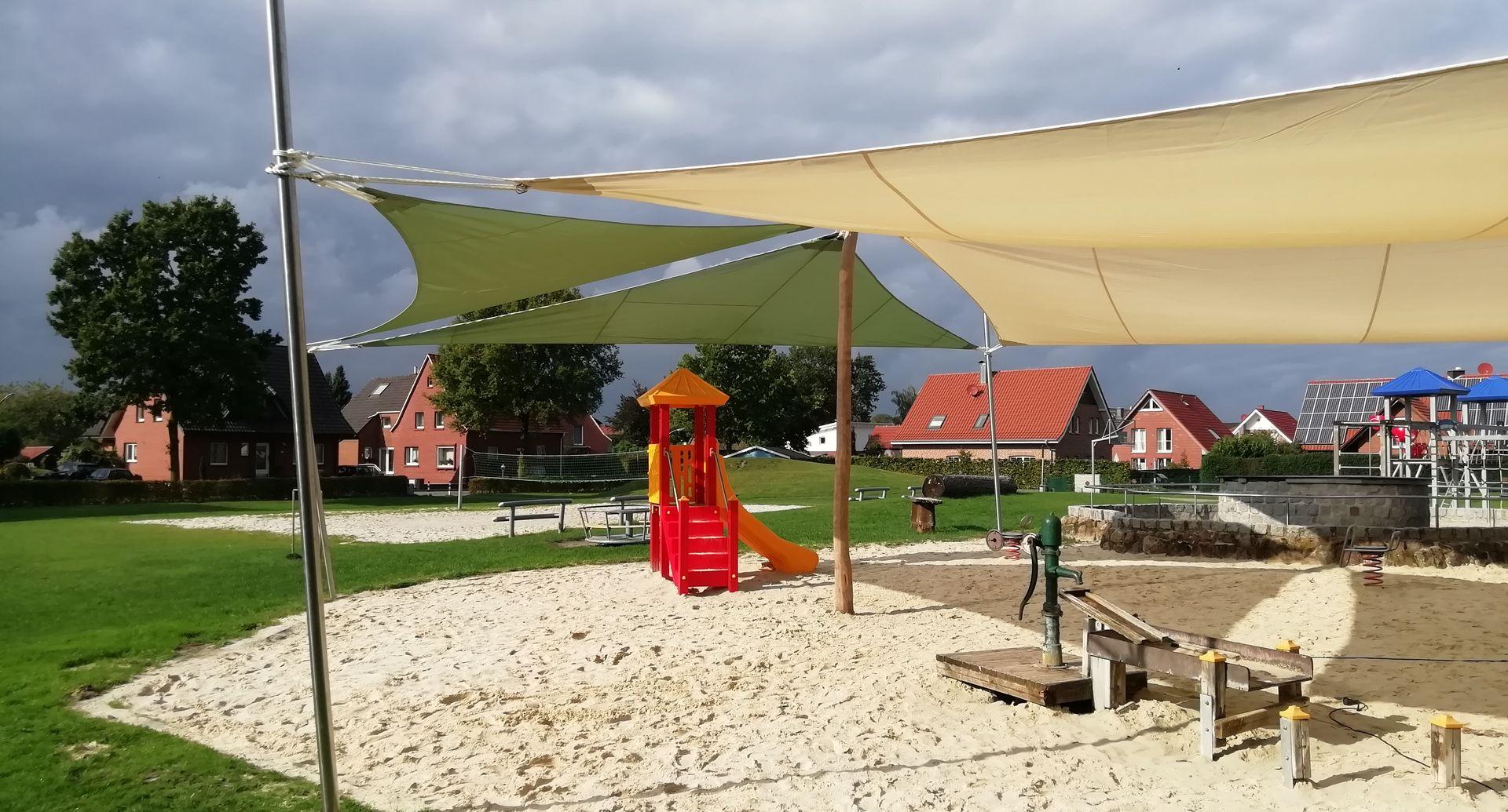Die neuen Sonnensegel im Generationenpark Holtwick versorgen den Wasserspielplatz mit ausreichend Schatten. Foto: Heimat- und Kulturverein Holtwick e.V.