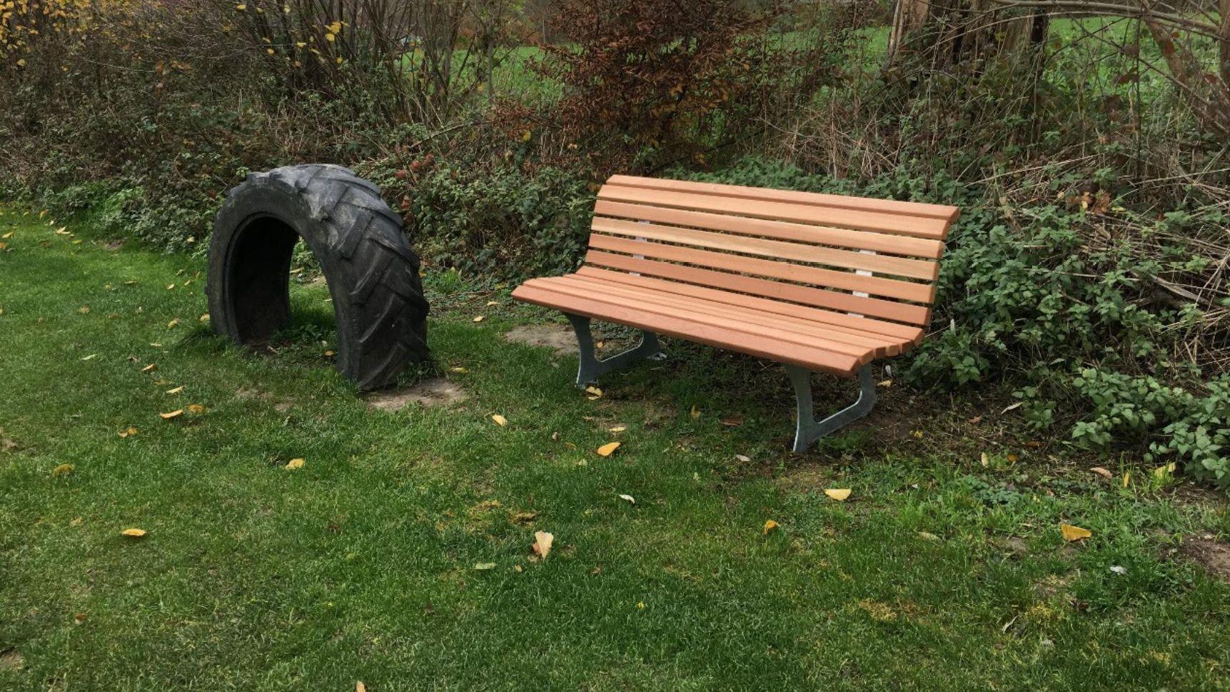 Sitzgelegenheiten für den Tilbecker Barfußgang | Foto Stift Tilbeck GmbH