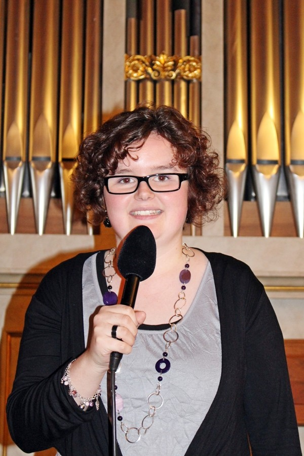 Andrea Zingg führt durch das Programm. Eben noch am Mikrofon...
