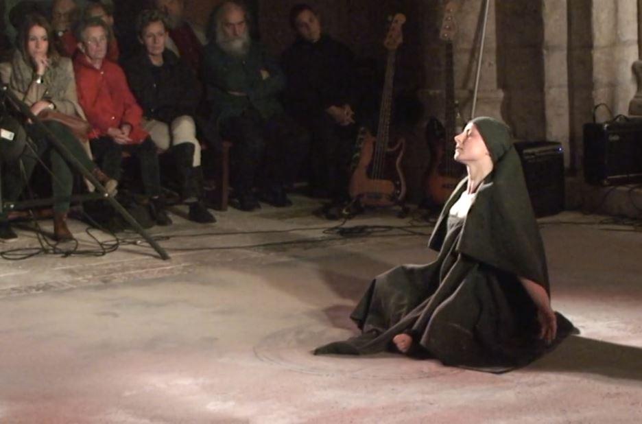 """""""Vanité"""", spectacle  Mélody Vuano-Lasho, (danseuse et chorégraphe) en l'église N.D. de Moirax."""