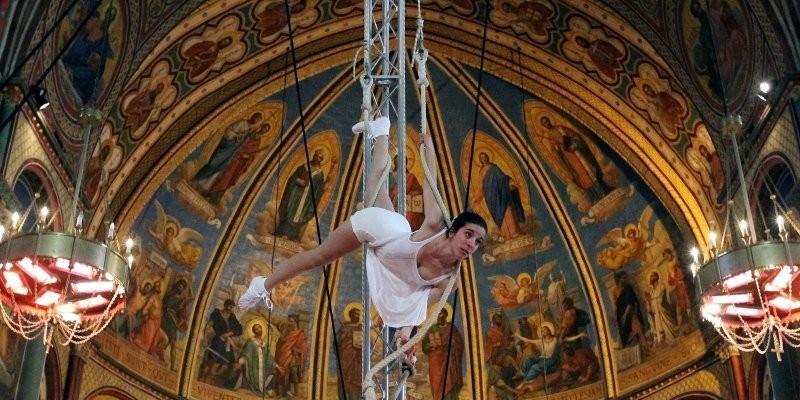 Une trapéziste à l'église Saint Martrou