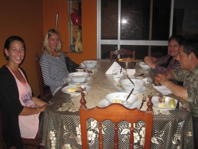Abends um halb 12 in Lima: Lieb gemeintes Abendessen, aber wir haben einfach kaum etwas hinunter gebracht.