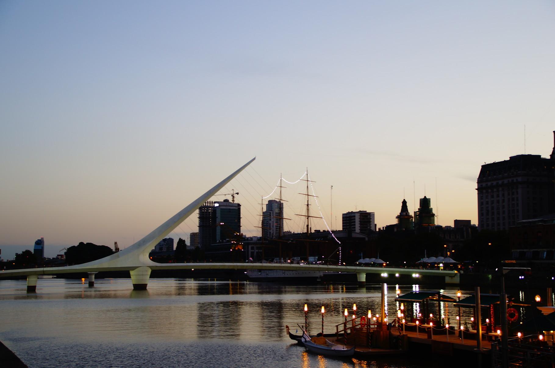 Ein beliebtes Postkartenmotiv: Die Puente de la Mujer (Frauen-Brücke)