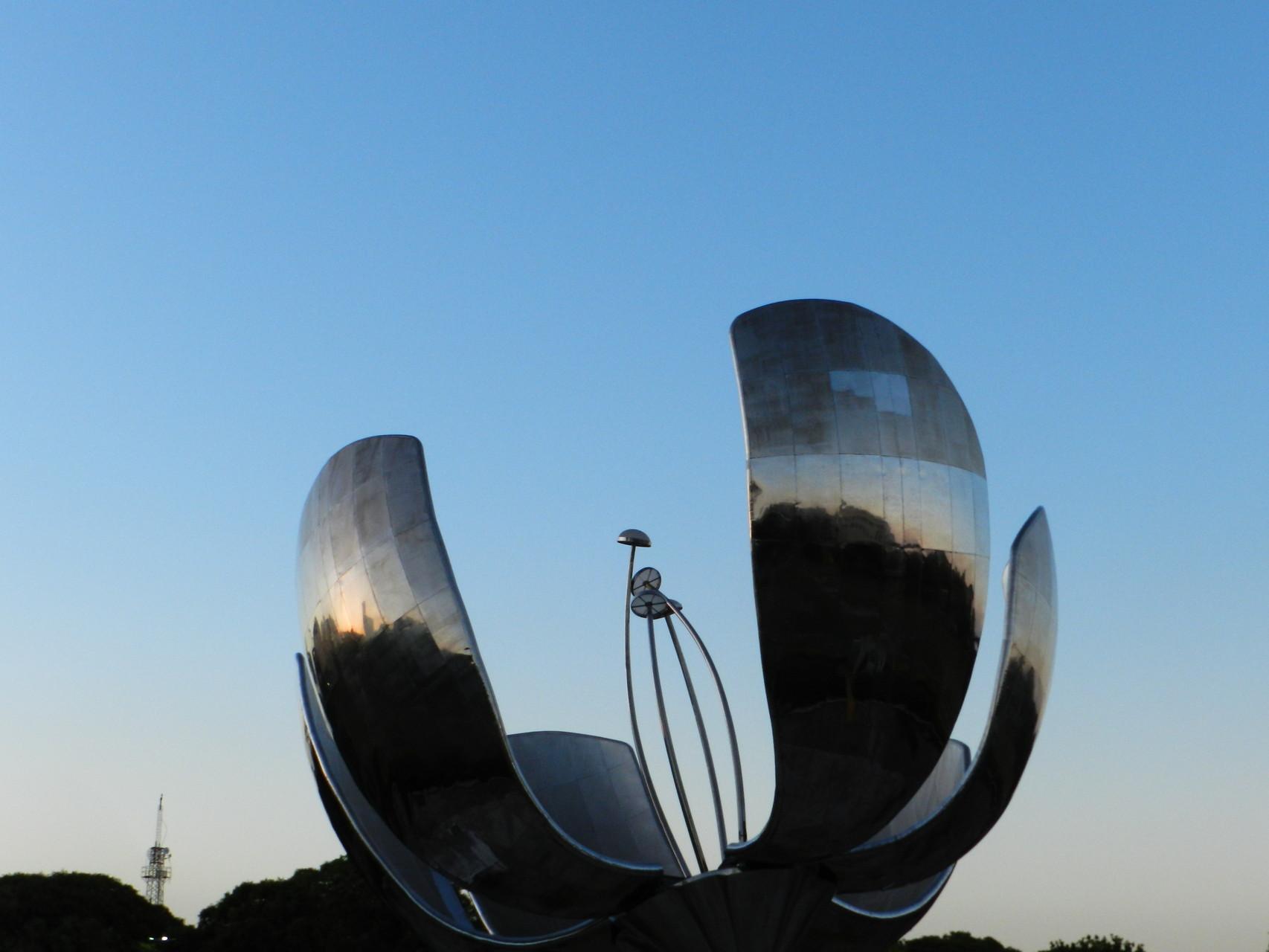 Dieses Kunstwerk stellt eine Blume dar, die ihre Blütenblätter mit der Sonne öffnet, dreht und schließt. Wie eine echte Blume eben.