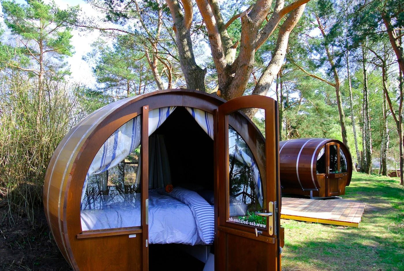 Viel Komfort auf kleinstem Raum! Ein Kuschelbett im gemütlichen Lärchenholzfass: so lässig & naturnah wie zelten, nur viel bequemer :-)