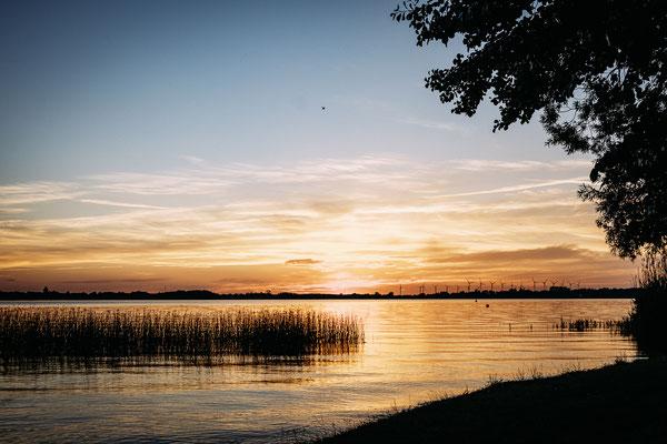 Traumhafte Sonnenuntergänge dank 1000 m langen Ostufer © Naturcamping Zwei Seen, www.zweiseen.de