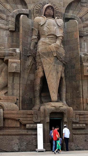Saint Michel garde la porte d'entrée du monument.