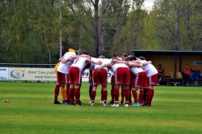 Nur gemeinsam kann das Team vom Müllroser SV den Klassenerhalt schaffen in der Landesklasse Ost. Foto: Marcel Ernst