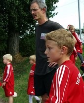 Trainer Matthias Braun und im Vordergrund Sohn Till beim Staffellauf.