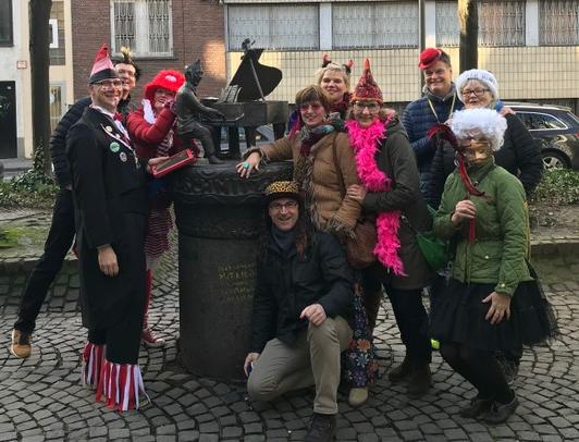Jupp Schmitz Denkmal Köln, Gruppe bei der Karnevalsführung mit KöbesColonius, Kostümführung