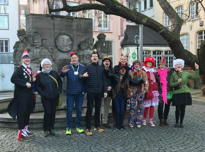 Gruppe im Kostüm bei der Karnevals-Führung in der Kölner Altstadt, Ostermann-Denkmal Köln