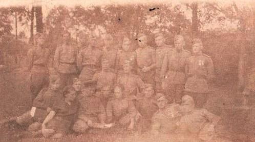1945 год. Круглов Евгений Иванович с сослуживцами