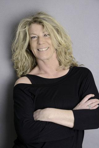 Valérie - Danse classique, contemporaine et Initiation. Directrice de l'école, elle a étudié la danse avec les ténors de sa discipline.