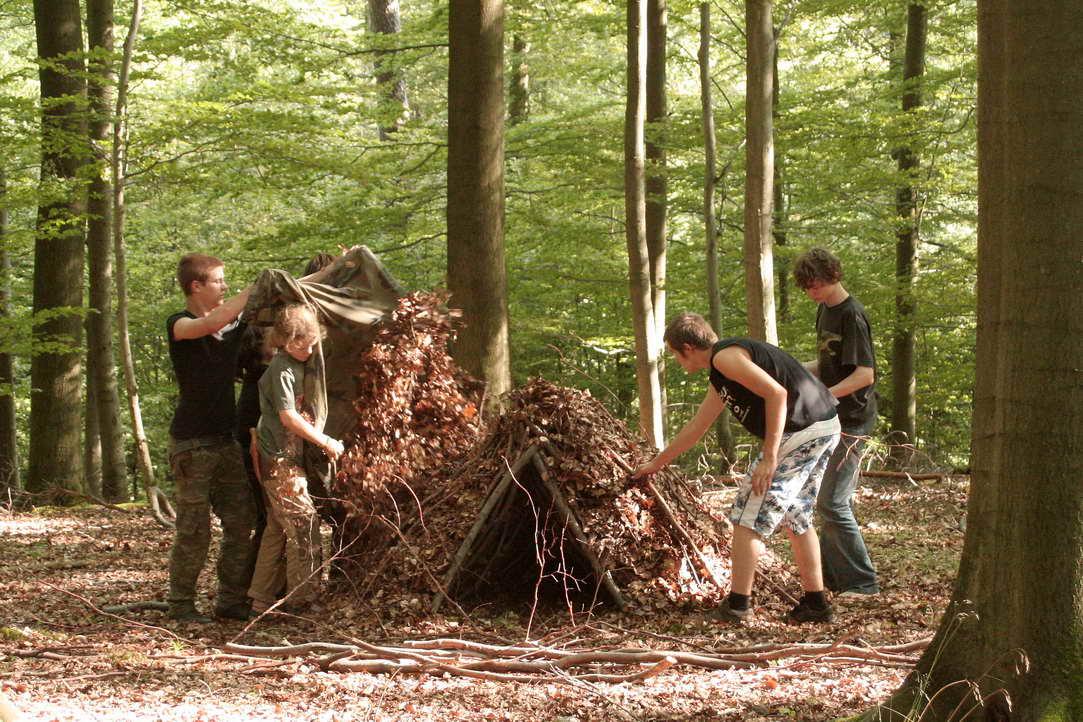 Coole Waldhütten bauen: Schutz vor Regen und Kälte