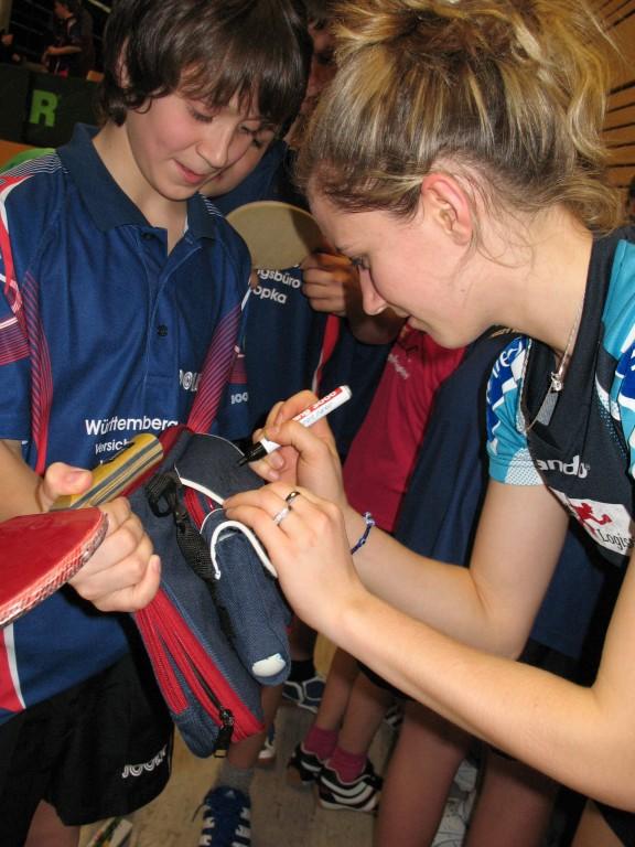 Fulya gab Autogramme