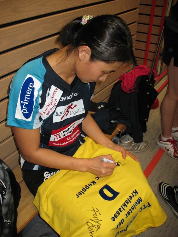 Auch Qianhong unterschrieb fleißig