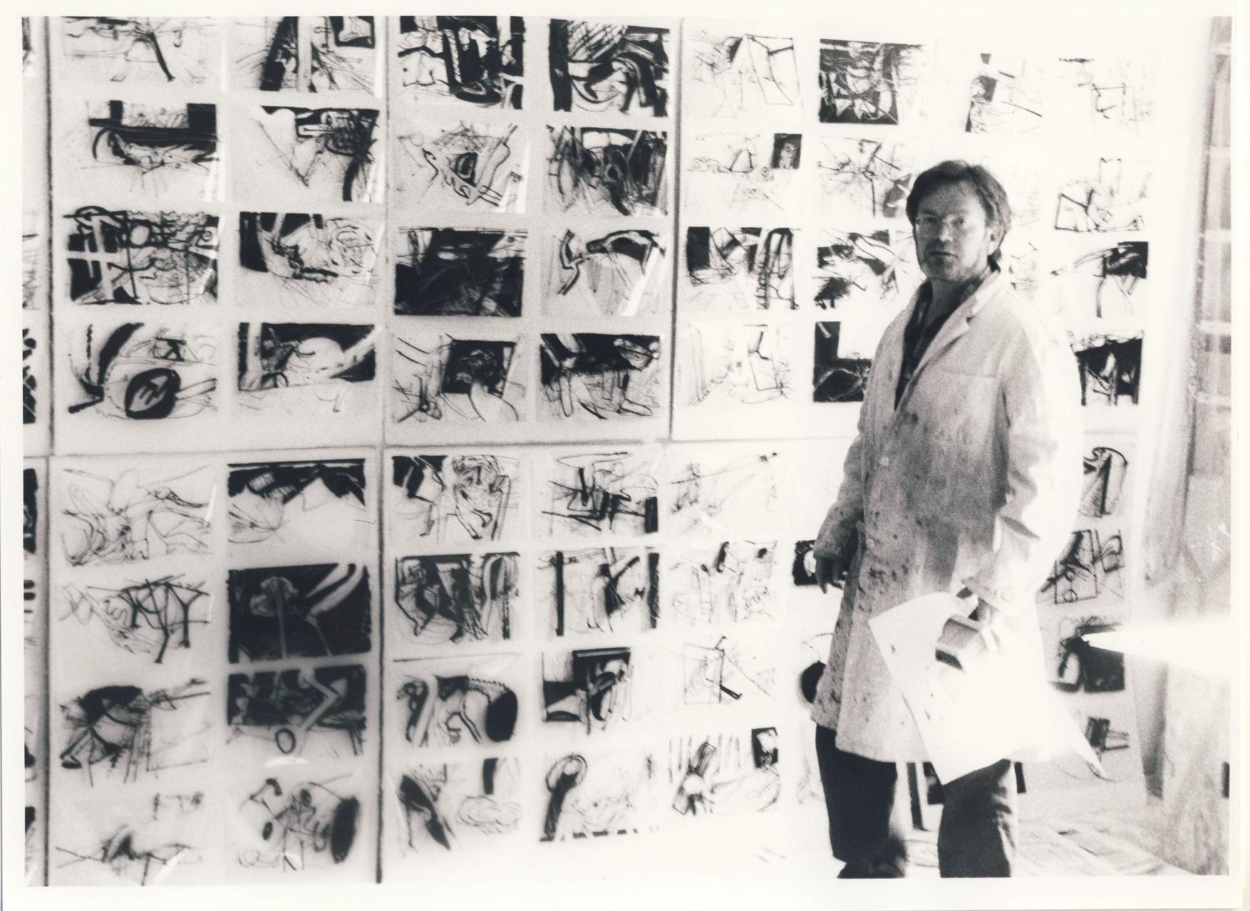 Armin Saub mit Foliografien in seinem Atelier in Milbertshofen