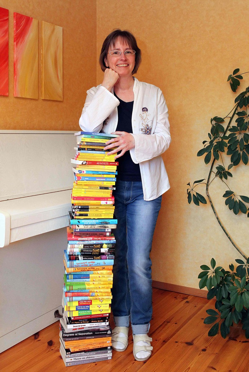 Tina Zang alias Christine Spindler mit all ihren Büchern.