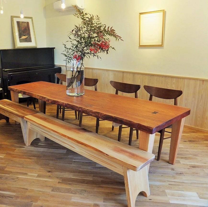 メインのテーブルの天板は椿の大木の一枚板
