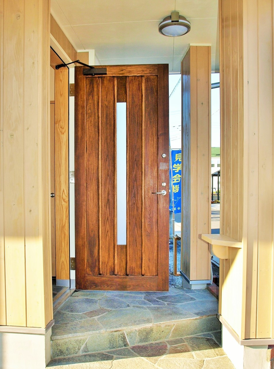 施主様のお父様はプロの木工家          手製の無垢材玄関ドア 天然オイルで塗装