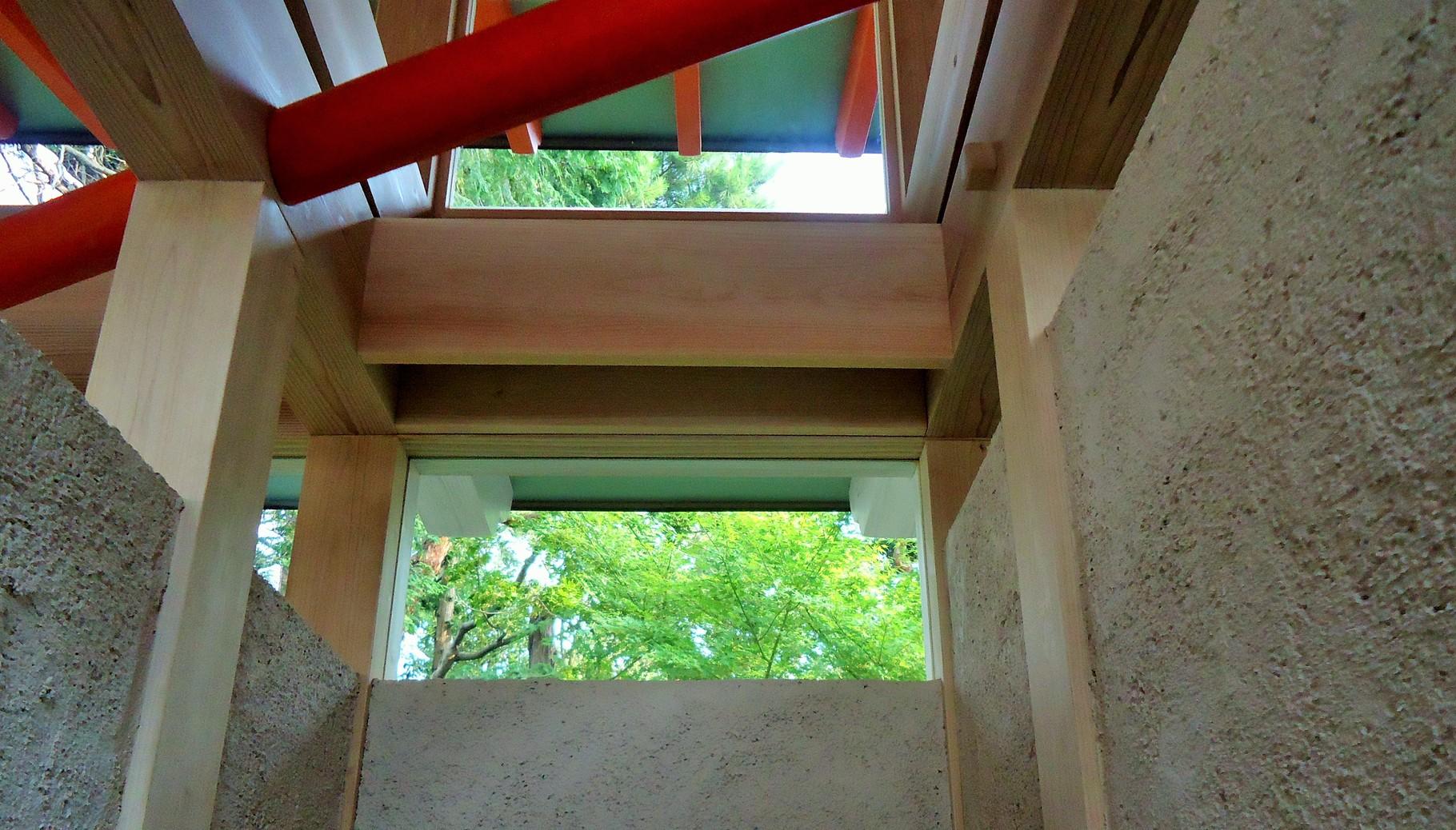 ハイサイドライト窓が切り取る緑の風景