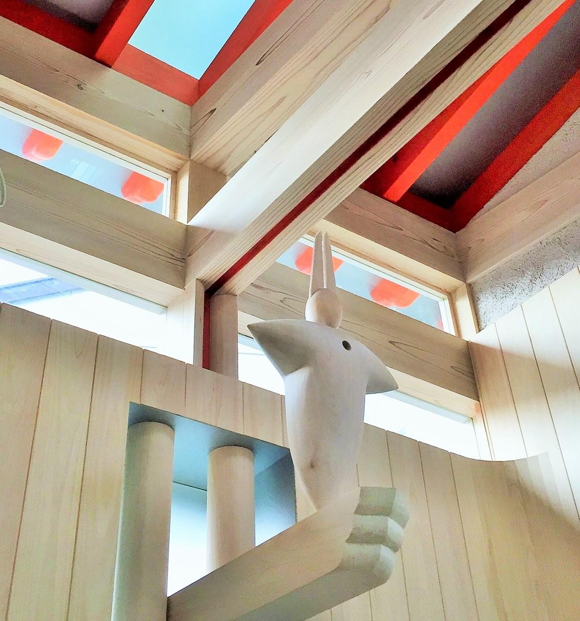 浴室窓の上部に突き出している腕木には、
