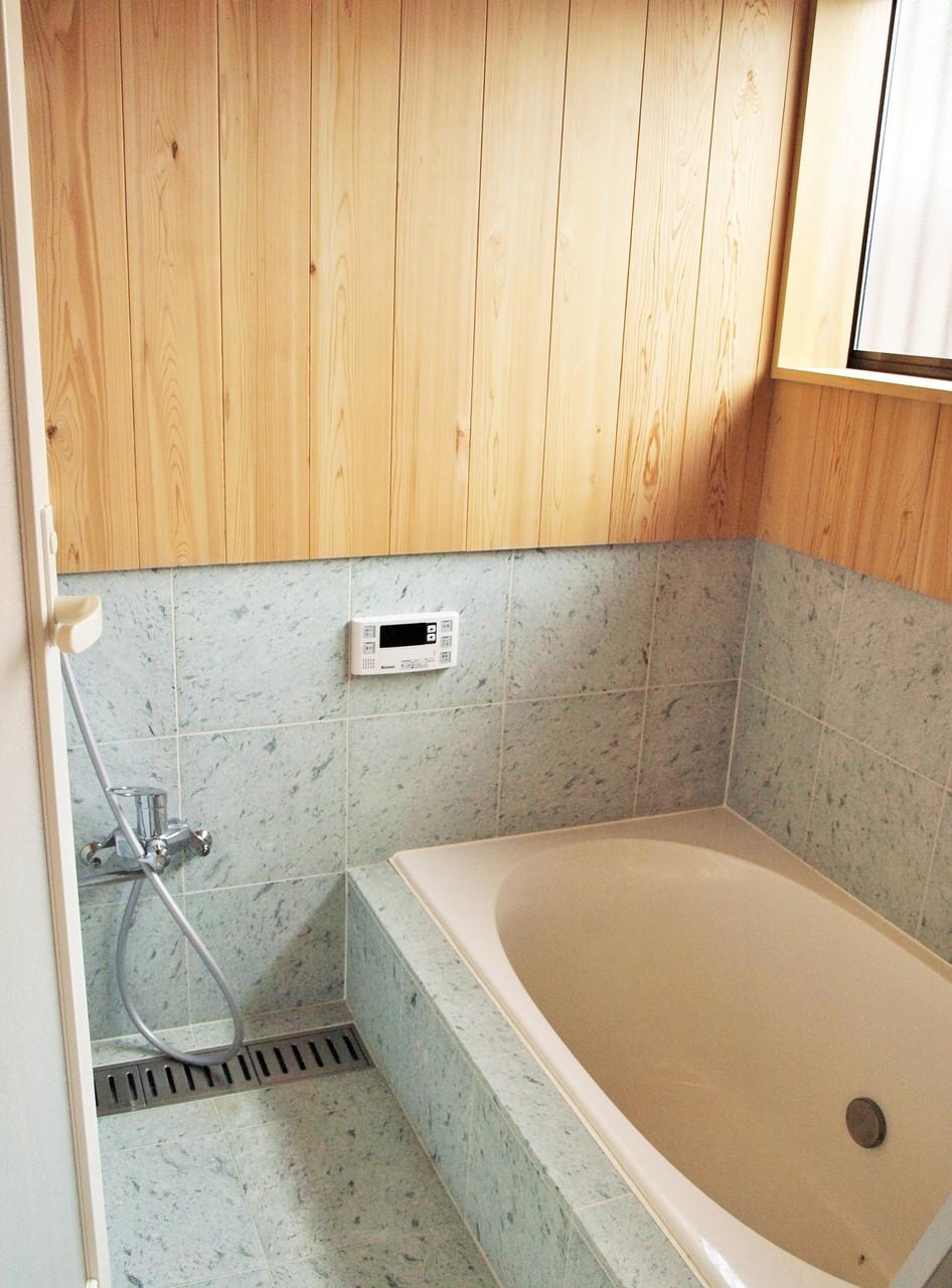 十和田石張りが美しい浴室 壁と天井はサワラの無垢の板貼り 断熱の効果で雫も落ちません