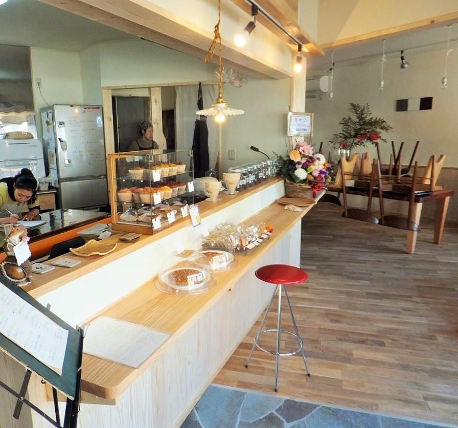 無垢の木製カウンターやテーブル、床も全て 安全な天然のオイルで塗装