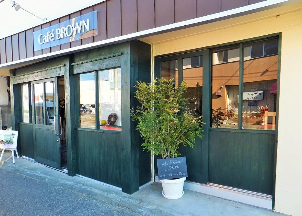 店舗入口の片引き戸は建具職人さんの特注作り付け。    小さな力で軽く開閉出来るバリアフリー仕様