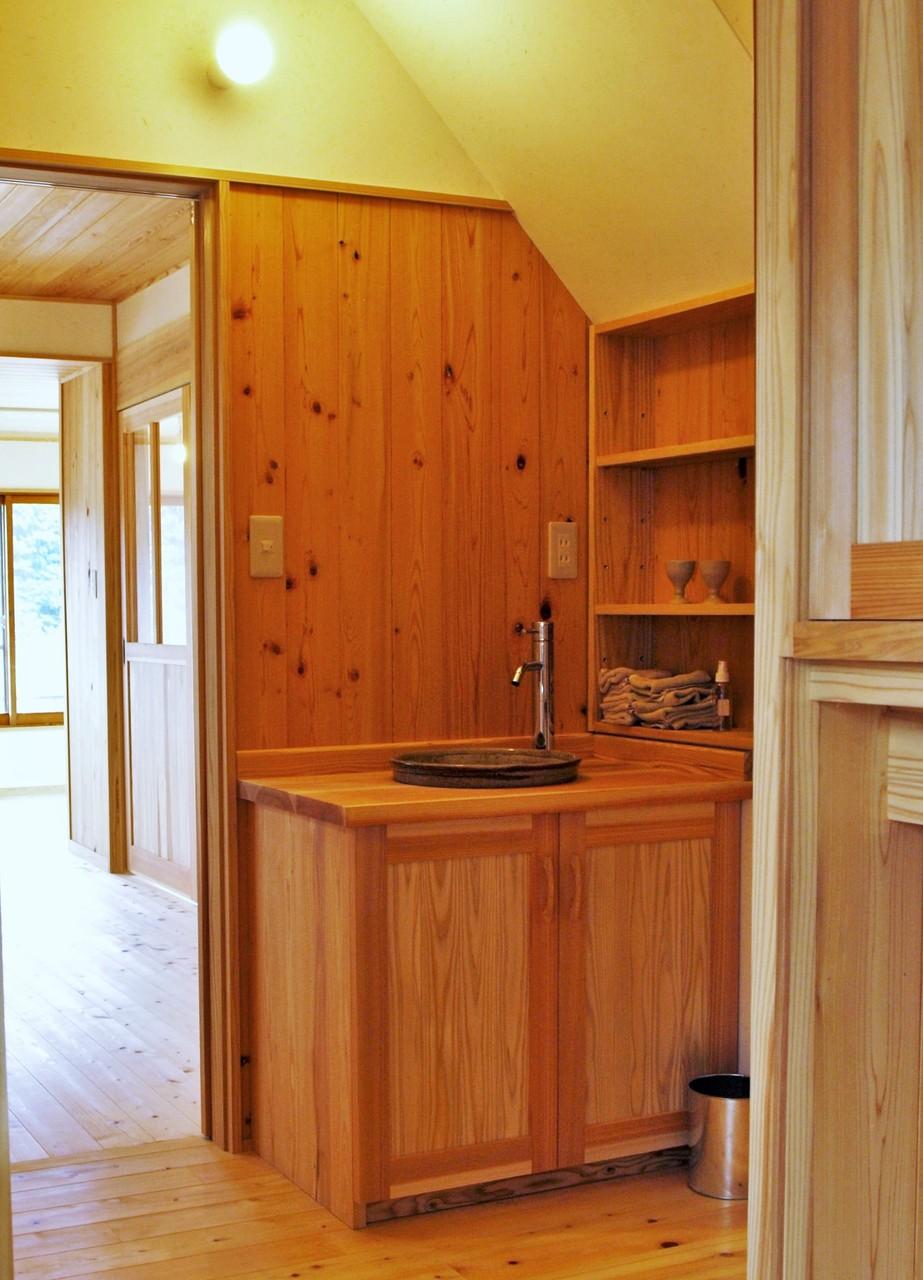 階段下の造り付け無垢の木製の洗面台