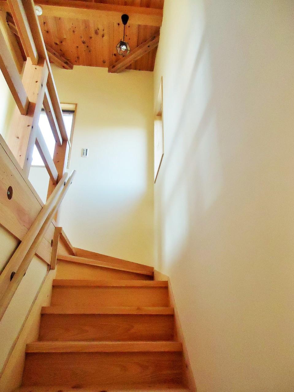ご主人様の希望で、桧の厚板階段は巾広     ゆったり