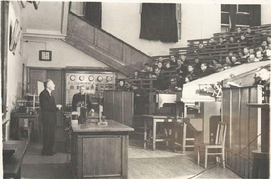 На лекции по физике проф. Фабриканта В.А. в МЭИ 50-е годы 20 века.