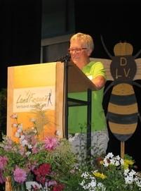 """Irene Bonn, Vorsitzende des BV Kassel, stellte den Bezirksverein als starke Gemeinschaft vor und lud alle Anwesenden zu der Ausstellung """"Natur auf der Spur"""" ein"""