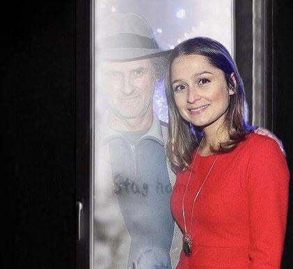 Founder  Ulrich Häusler mit Stiftungs - Treuhänderin Sarah Alles ( Schauspielerin )