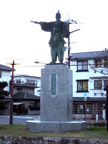 安土駅前の信長像